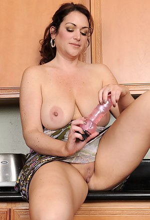MILF Housewife XXX Pictures