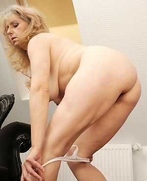 MILF Undressing XXX Pictures