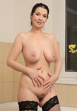 MILF Shaved Pussy XXX Pictures